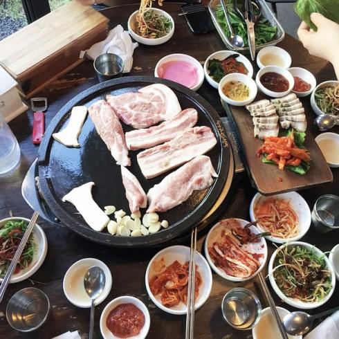 Thịt heo đen nướng ăn kèm cùng các món phụ truyền thống của Hàn Quốc. (nguồn: visitkorea.com)