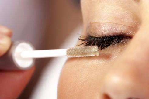 Ngoài tăm bông, bạn cũng có thể dùng những đầu cọ mascara cũ, rửa sạch và chải dầu olive lên mi