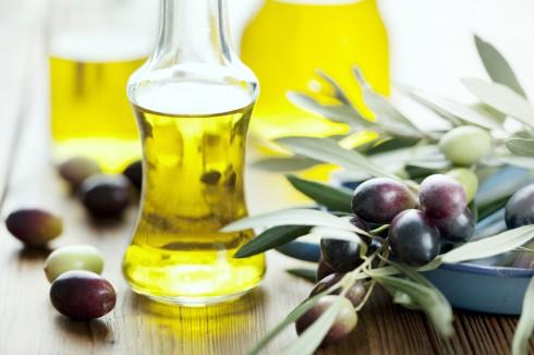 Sử dụng dầu olive để tẩy trang sẽ giúp mang lại làn da ẩm mượt hơn