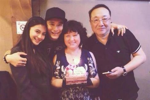 Sau khi công khai mối quan hệ tình cảm của mình, Angelababy còn góp mặt trong bữa tiệc sinh nhật ấm cúng của mẹ Huỳnh Hiểu Minh cùng gia đình anh.