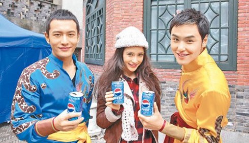 Năm 2010 Angelababy đã chủ động đến thăm Huỳnh Hiểu Minh tại hậu trường quay quảnh cáo của anh.