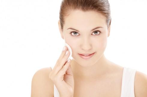 Một làn da đủ ẩm sẽ giúp lớp trang điểm đẹp hơn và lâu trôi hơn Một làn da đủ ẩm sẽ giúp lớp trang điểm đẹp hơn và lâu trôi hơn.