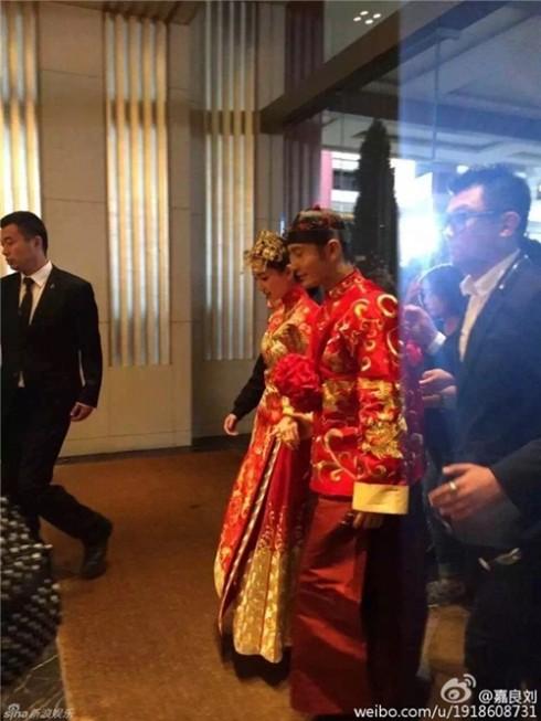 Cả hai đang làm lễ trong trang phục truyền thống