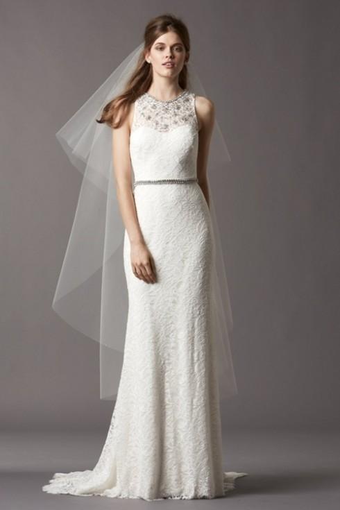 Với cô dâu có dáng hình quả chuối, nên lựa chọn những chiếc váy ôm vừa phải, tránh những loại váy bó sát sẽ khiến lộ khuyết điểm không có đường cong