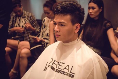 Một mẫu Nam đang được chăm sóc tóc