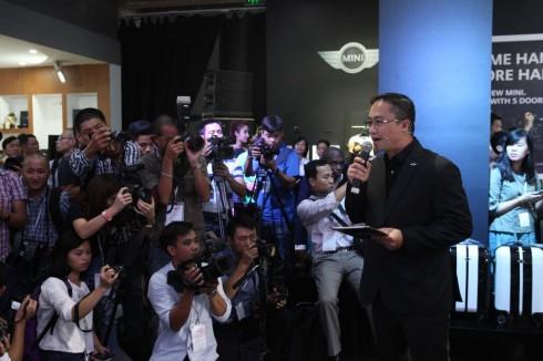 Ông Cao Ngọc Nguyên Duy - Giám đốc Kinh doanh tiếp thị dòng xe MINI giới thiệu các dòng xe mới tại sự kiện.