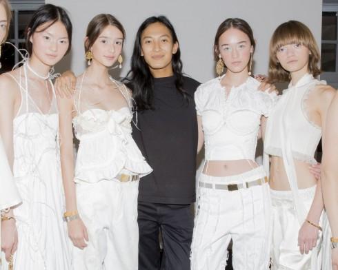 Alexander Wang và những người mẫu trong backstage.