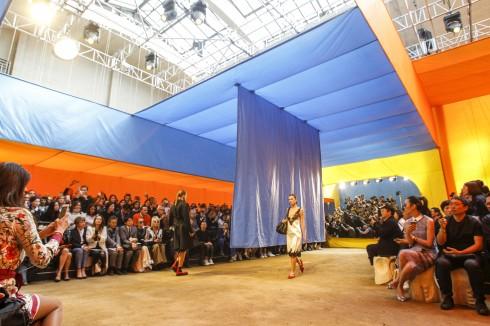 Sàn diễn thời trang xuân-hè 2016 của Céline là một căn lều lớn mang các tông màu sặc sỡ dưới sự sắp xếp của FOS, nghệ sĩ người Đan Mạch.