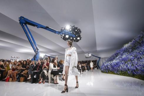 không gian diễn show rộng rãi được bày trí hiện đại với tông trắng, hoa phi yến và sàn bóng loáng như mặt nước.