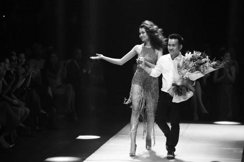Thanh Hằng đã kết thúc show diễn ELLE Fashion Journey 2015 đầy thành công