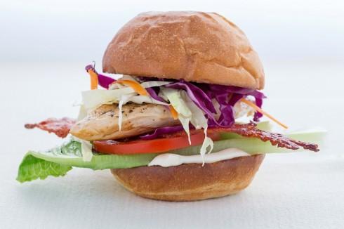 Burger Gà Thiếu tướng là món bạn nên nếm thử tại  The KAfe.