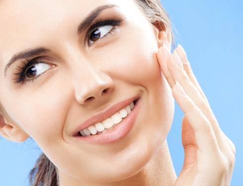 Từ tuổi 20 trở lên, hãy bắt đầu quan tâm đến những sản phẩm kem nền có chỉ số chống nắng cho làn da.