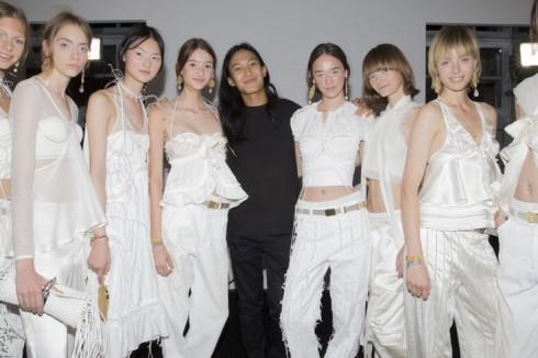 Nhà thiết kế Alexander Wang trong backstage cùng các người mẫu.