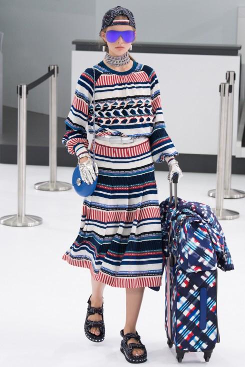 Chủ đề của BST Chanel mùa xuân này là sân bay: Chanel Airlines và Karl Lagerfeld đã mang đến sự lộng lẫy, đầy màu sắc, sporty và tràn ngập sự mới mẻ thú vị.
