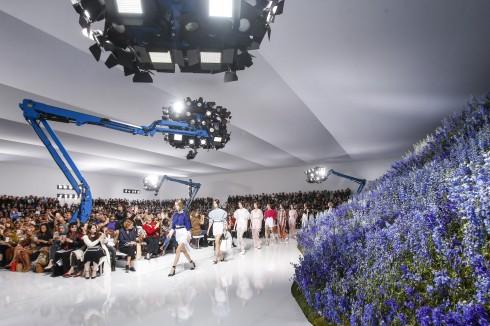 Không gian diễn show rộng rãi được bày trí hiện đại với tông trắng và sàn bóng loáng như mặt nước.