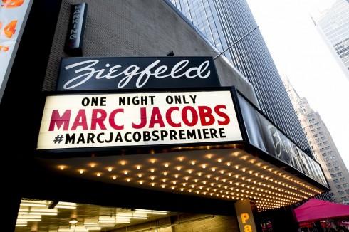 Bên ngoài rạp hát Ziegfeld.