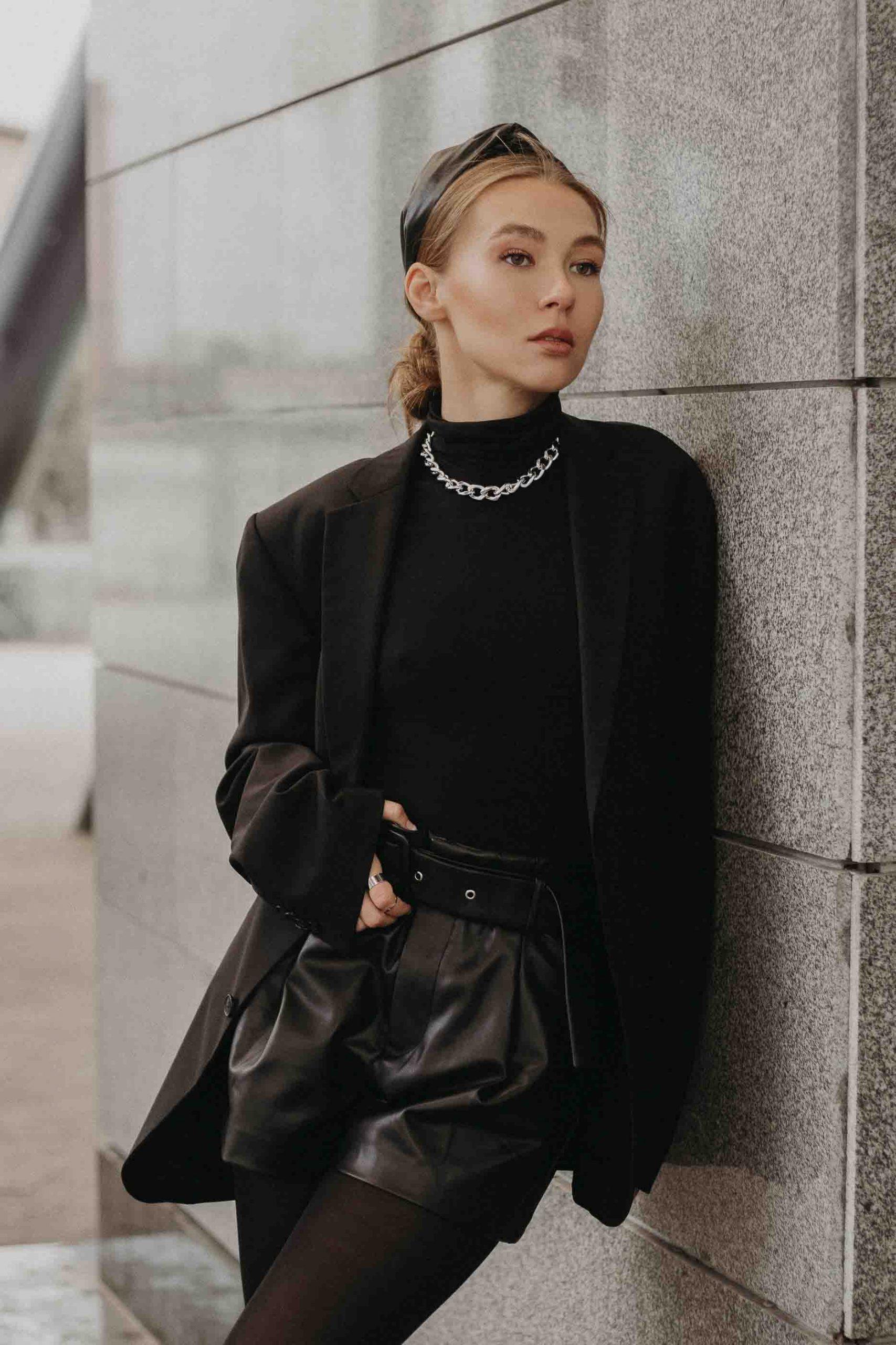 cô gái cung hoàng đạo mặc đồ đen