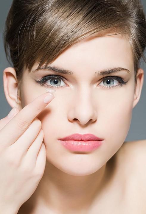 Chọn lựa lens giãn tròng là phương pháp tiện lợi giúp các bạn gái ngay lập tức sở hữu đôi mắt to tròn cùng nhiều màu sắc khác nhau