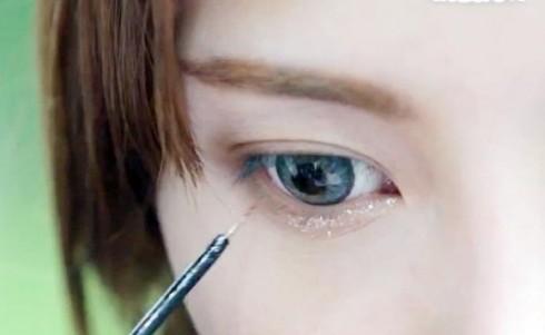 Trang điểm với nhũ mắt trắng lấp lánh ở mi dưới sẽ giúp tạo hiệu ứng mắt to hơn khi chụp ảnh