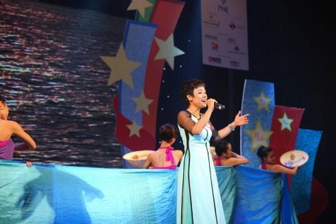 Bài hát Chảy đi sông ơi được CEO Hoàng Phương - Công ty Digivison trình bày tha thiết, tình cảm