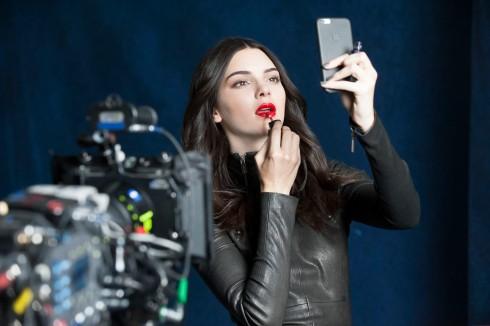 Cô em út xinh đẹp Kendall Jenner của gia đình Kardashian đình đám, cục cưng trên Instagram với hơn 30 triệu người theo dõi, trong video clip cho Envy Lip Potion đã mang đến một tuyên ngôn về cá tính chỉ với bờ môi mọng đẹp.
