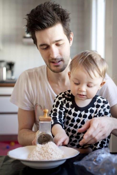 Bạn biết không, cả các ông bố và bà mẹ đang có việc làm ở Thụy Điển được quyền nghỉ tối đa 480 ngày ở nhà mỗi khi có một bé được sinh ra hoặc được nhận làm con nuôi.