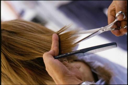 Cắt tỉa tóc đều đặn sẽ giúp tóc phát triển tốt hơn, kích thích tóc nhanh dài