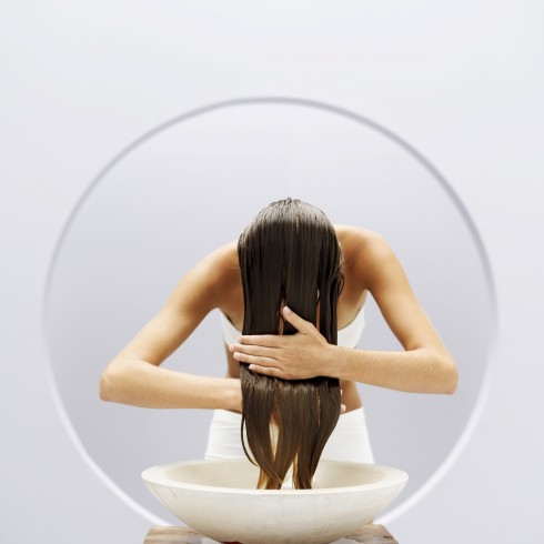 Xả tóc bằng nước lạnh sẽ giúp giữ độ ẩm cho tóc tốt hơn