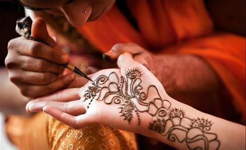 Những hình vẽ cầu kỳ trên bàn tay cô dâu