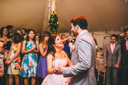Đám cưới ở Ireland yêu cầu hai chân cô dâu phải luôn chạm đất