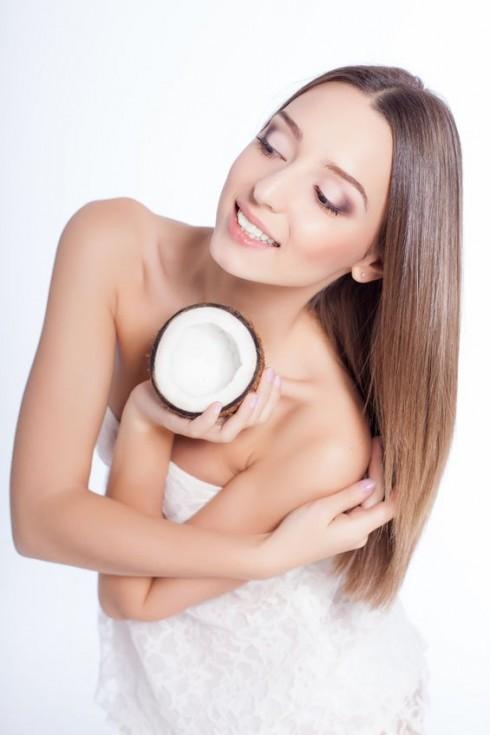 Dầu dừa là một trong những chất giúp tóc phát triển nhanh nhất. Kết hợp với dầu olvie và mật ong sẽ giúp tóc bóng khỏe và mau dài hơn