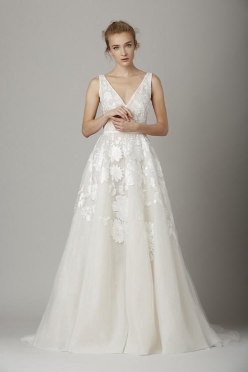 Không cô dâu nào không trầm trồ trước chiếc đầm nữ tính và tuyệt vời này.