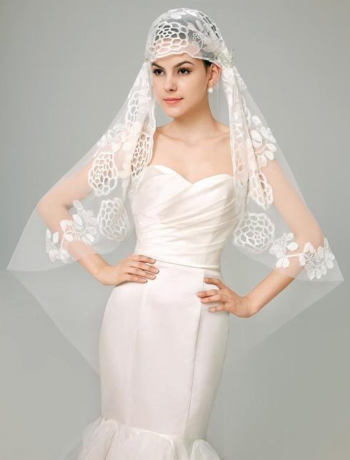 Váy cưới càng đơn giản thì khăn voan nên có những chi tiết tỉ mỉ cầu kỳ để cân bằng tổng thể của cô dâu hơn