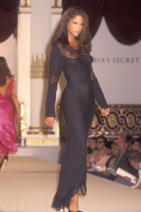 Người mẫu Veronica Webb trong buổi trình diễn đầu tiển của Victoria's Secret