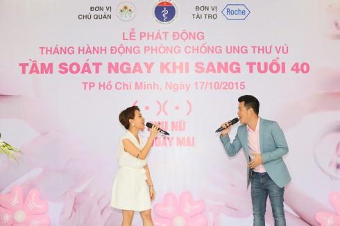 Ca sĩ Uyên Linh - Hồ Trung Dũng biểu diễn trong lễ phát động Tháng hành động phòng chống ung thư - tầm soát ngay khi bạn 40 tuổi