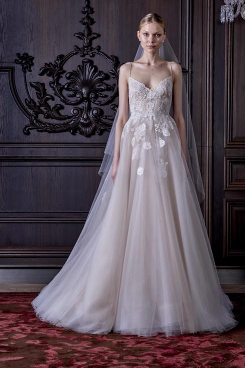 Nếu cô dâu muốn khoe bờ vai đẹp, hãy chọn váy dáng chữ A bồng bềnh.