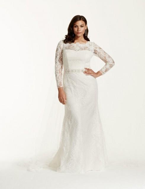 Tuy vậy, nếu cô dâu trót yêu đầm ôm, hãy kết hợp với tay áo ren và điểm nhấn nhẹ nhàng ở eo.
