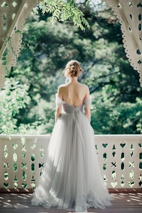 Có nhiều sự lựa chọn trong màu sắc sẽ giúp cô dâu có cơ hội khoe được màu da đẹp của mình.