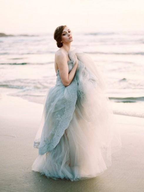 Để chiếc đầm trở nên bất tử với thời gian và kỉ niệm, hãy chọn những màu sáng, nhẹ nhàng thanh khiết.