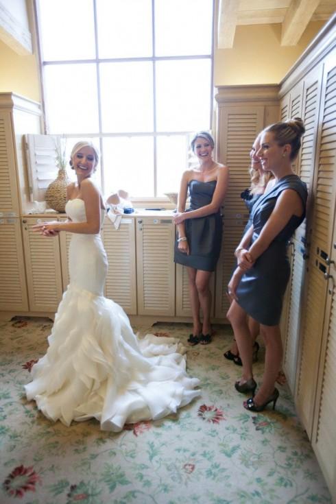 Không ai định nghĩa một chiếc váy cưới đẹp là chiếc váy được đính kết cầu kỳ.