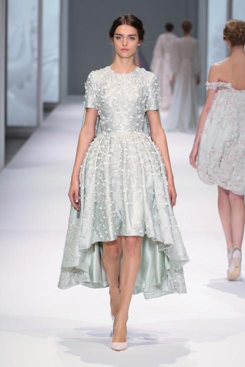 Thay vì may đầm dài, cô dâu có thể chọn những kiểu đầm ngắn như thế này. Ngắn hơn để có thêm điều kiện để trang trí tinh xảo hơn.