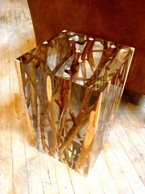Dùng vật liệu trong suốt để tạo khối  là một lựa chọn thông minh khi người thiết kế vừa muốn tạo mặt phẳng cho chiếc đôn, vừa phô bày vẻ đẹp tự nhiên của những nhánh cây.