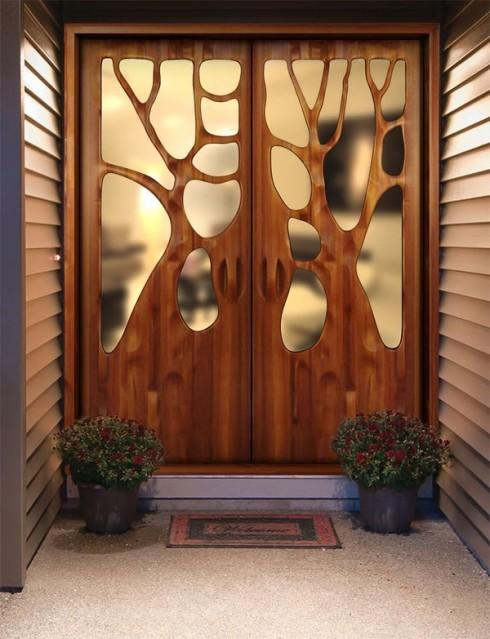 Cánh cửa không còn lạnh lẽo, nhàm chán mà trở nên sinh động với các mảng gỗ tạo hình nhánh cây đầy ngẫu hứng.
