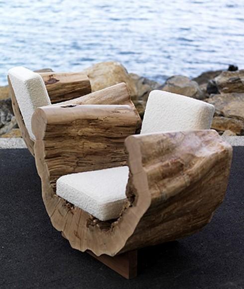Ghế thư giãn làm từ thân cây đươc khoét bỏ phần ruột gỗ nhưng vẫn giữ được vẻ đẹp nguyên bản của chất liệu.