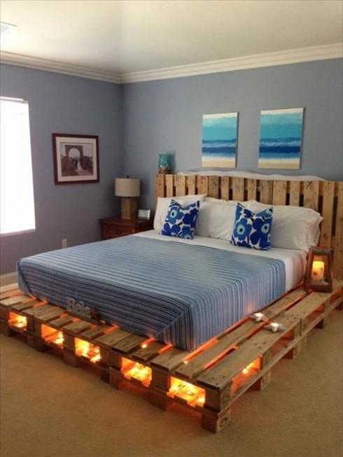 Chiếc giường làm từ ván gỗ thô sẽ không có gì đặc biệt nếu không được kết hợp với hệ thống đèn vàng ấm áp.