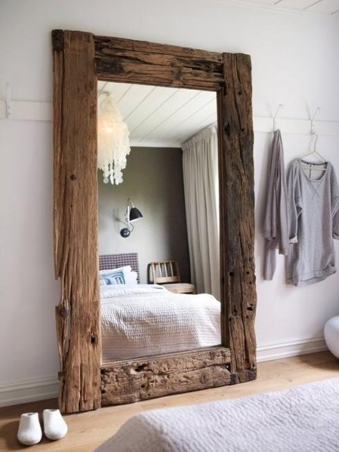 Chiếc gương gỗ phong cách rustic, xù xì, gồ ghề nhưng đẹp theo một cách riêng.