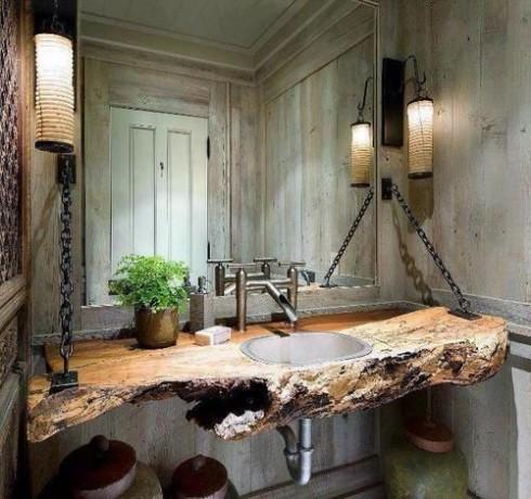 Mặc dù có khả năng thấm nước và dễ bị ẩm mốc, nhưng gỗ vẫn được sử dụng trong nhà tắm như một món đồ nội thất độc đáo