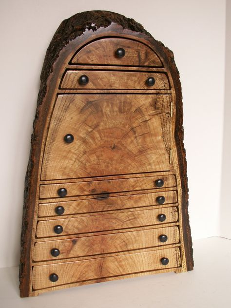 Chiếc tủ đựng trang sức được tạo thành từ lát cắt của một thân cây toát lên vẻ đẹp cổ điển và độc đáo