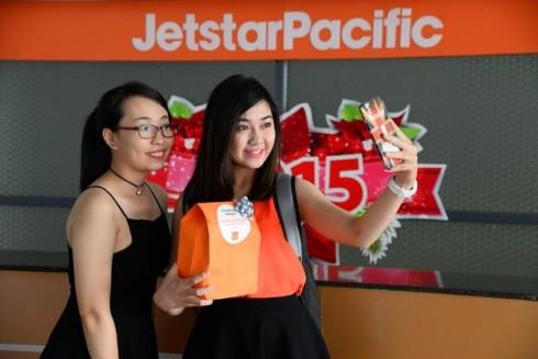 Hành khách hào hứng với phần quà bất ngờ từ Jetstar Pacific
