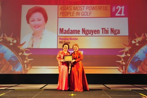 """Madame Nguyễn Thị Nga - Chủ tịch Tập đoàn BRG được tạp chí Asia Golf Monthly vinh danh là """"Lãnh đạo có tầm nhìn xuất sắc của Châu Á Thái Bình Dương""""."""